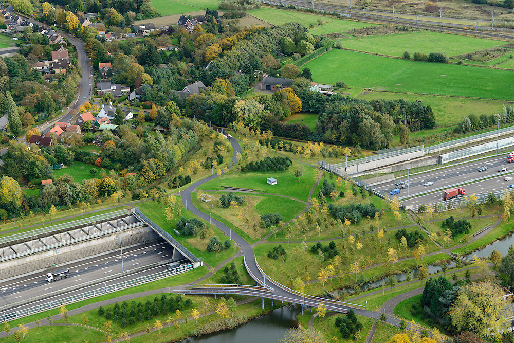 Nederland, Noord-Brabant, Gemeente Breda, 23-10-2013; Infrabundel, combinatie van autosnelweg A16 gebundeld met de spoorlijn van de HSL. Stadsduct Overbos in de voorgrond. De bundel loopt in tunnelbakken, lokale wegen gaan over deze infrabundel heen, door middel van de zogenaamde stadsducten, gedeeltelijk ingericht als stadspark. Combination of motorway A16 and the HST railroad, crossed by local roads by means of *urban ducts*, partly designed as public parks.<br /> luchtfoto (toeslag op standard tarieven);<br /> aerial photo (additional fee required);<br /> copyright foto/photo Siebe Swart