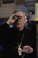 25 mars 2016: Un homme d'église observe la Sainte Tunique à la jumelle. Argenteuil, 95. France.