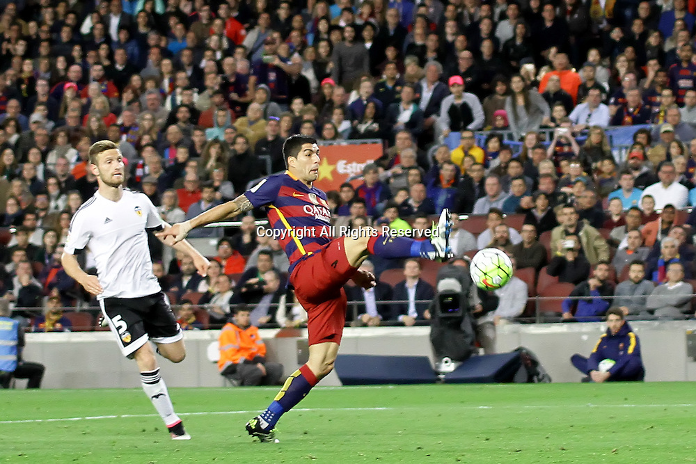 17.04.2016. Nou Camp, Barcelona, Spain. La Liga. Barcelona versus Valencia. Suarez with a difficult high chance during the match