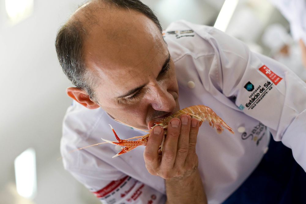 Belo Horizonte_MG, Brasil...Chef de cozinha de Catalao, Paco Perez, no festival gastronomico Sabor e Saber, nessa foto ele esta cheirando um camarao...The Catalan chef, Paco Perez, in the gastronomy festival Sabor e Saber, in this photo he is smelling the shrimp...FOTO: BRUNO MAGALHAES / NITRO.