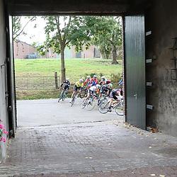 02-10-2016: Wielrennen: Olympia Tour: Margraten <br />NOORDBEEK (NED) wielrennen<br />Geletrui in de groep