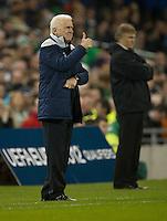 Fussball International, Nationalmannschaft   EURO 2012 Play Off, Qualifikation, Irland - Estland 15.11.2011 Trainer Giovanni TRAPATTONI (IRL) gibt Anweisungen