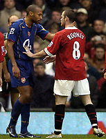 Fotball<br /> Premier League 2004/2005<br /> Foto: BPI/Digitalsport<br /> NORWAY ONLY<br /> <br /> 24/10/2004 <br /> Manchester United v Arsenal<br /> <br /> Thierry Henry and Wayne Rooney exchange words
