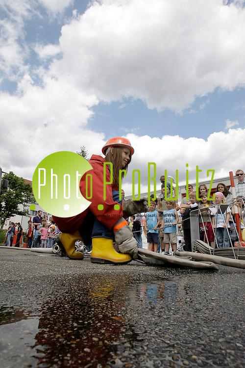 Mannheim. 10.06.2012. Wallstadt. Freiwillige Feuerwehr Tag der offenen T&cedil;r. &lsaquo;bung der Jugendfeuerwehr<br /> <br /> <br /> Bild: Markus Proflwitz 11JUN12 / masterpress /