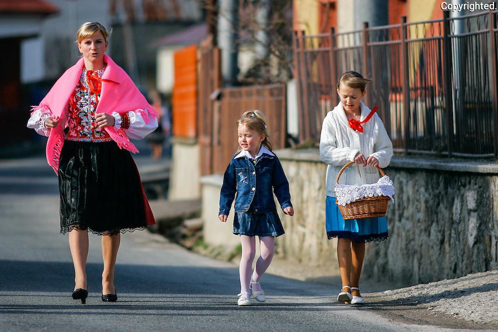 Reportaz z obce Jakubanyna severovychode Slovenska v okrese Stara Lubovna. Posvatenie velkonocnych jedal. Fotograf Anton Fric, www.fotoportal.sk