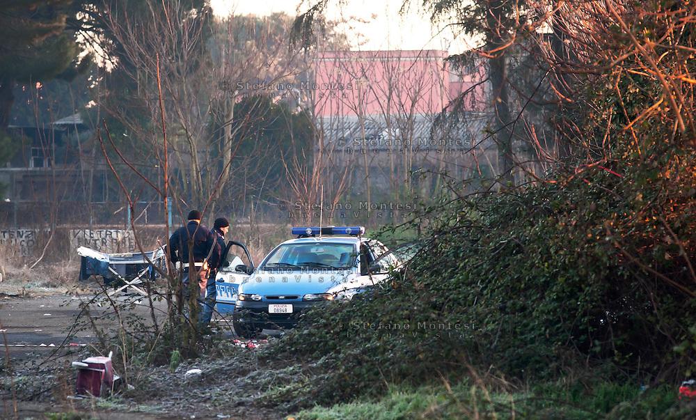Roma 7  Febbraio 2011.La polizia nel campo nomadi di via Appia Nuova a Roma, dove un incendio ha bruciato una baracca ed ucciso quattro bambini