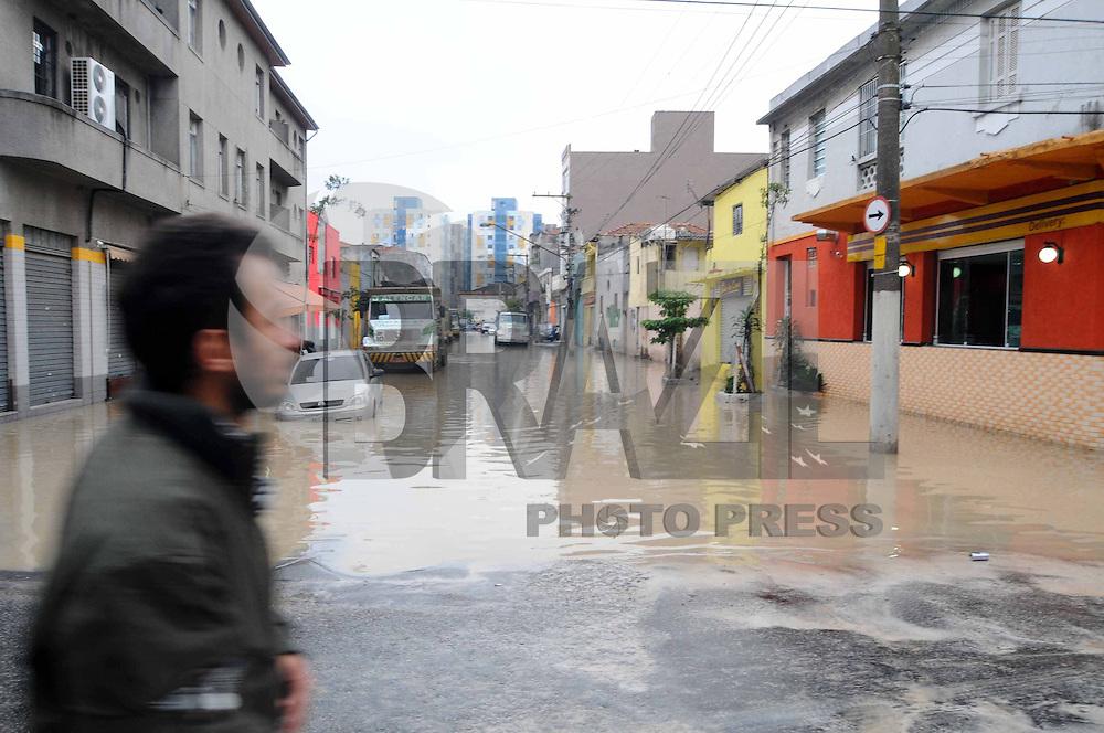 SAO PAULO, SP, 31 DE JANEIRO DE 2012. Um cano de agua estourou na Rua Sao Caetano, a agua alagou a Rua Joao Jacinto no Bras provocando a abertura de uma cratera na regiao leste da capital paulista.   (FOTO: ADRIANO LIMA - NEWS FREE)