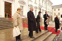 07 JAN 2004, BERLIN/GERMANY:<br /> Klaus Toepfer (2.v.L.), CDU, Exekutivdirektor Umweltprogramm des Vereinten Nationen UNEP, und dessen Frau Mechthild Toepfer (L), auf dem Weg nach Hause, nach dem Neujahrsempfang des Bundespraaesidenten, Schloss Bellevue<br /> IMAGE: 20040107-01-049<br /> KEYWORDS: Empfang, Neujahr, Klaus Töpfer