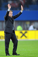 Fussball, WM Qualifikation 2010, Gruppe 7, Oesterreich - Sebien, Wien, 15.10.2008, Radomir Antic (Teamchef SER) bedankt sich nach dem Spiel bei den Fans