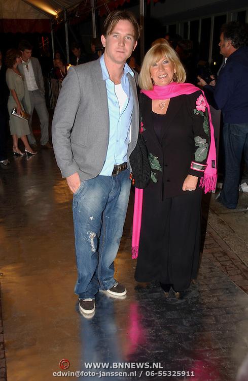NLD/Utrecht/20051001 - Nederlands Filmfestival 2005, Premiere Johan, Johnny de Mol en zijn moeder Willeke Alberti