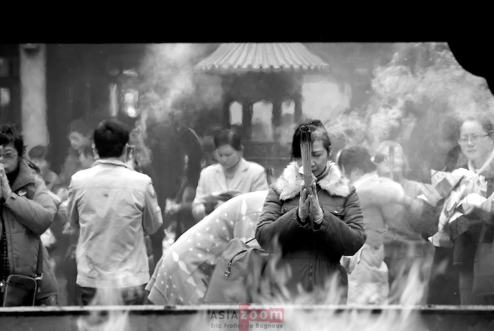 Prière dans un temple a Shanghai pendant le nouvel ans Chinois