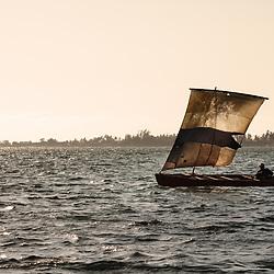 Pescador artesanal com o seu barco a vela na baía do Mussulo. Angola