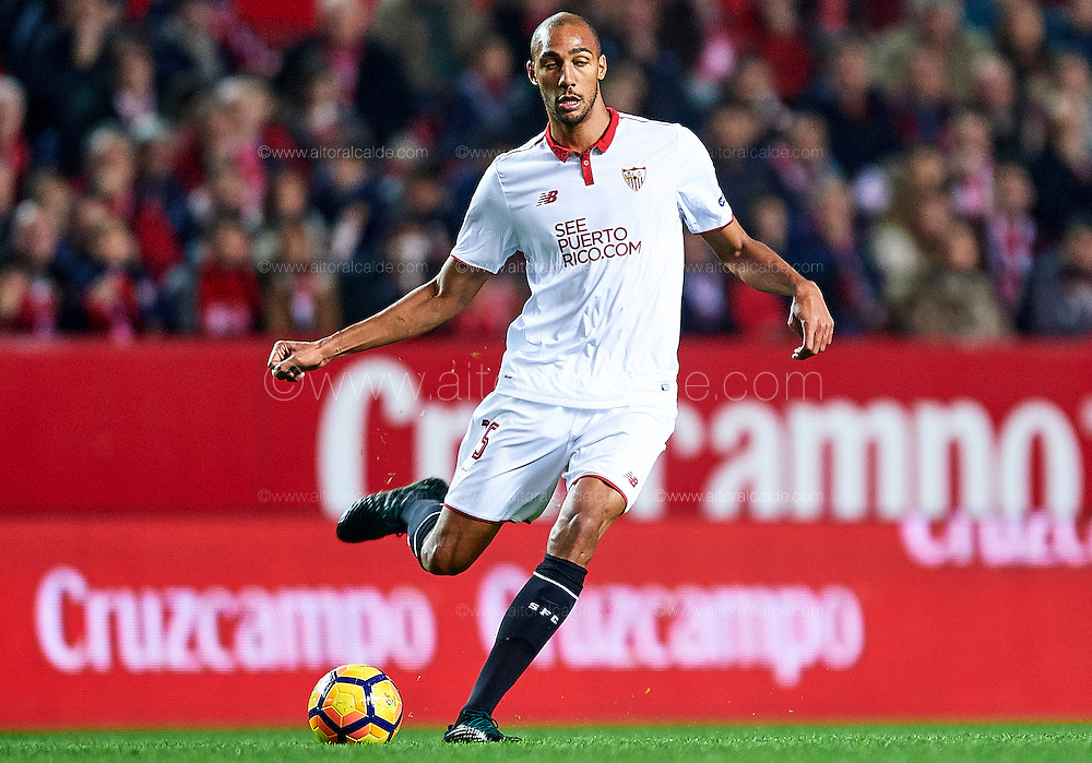 SEVILLE, SPAIN - NOVEMBER 26:  Steven N'Zonzi of Sevilla FC in action during the La Liga match between Sevilla FC and Valencia CF at Estadio Ramon Sanchez Pizjuan on November 26, 2016 in Seville, Spain.  (Photo by Aitor Alcalde Colomer/Getty Images)
