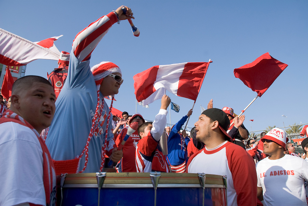 Mexikanische Fans feiern in der Fankurve im Stadium des LA Home Depot Centers Los Angeles...Fotos © Stefan Falke.