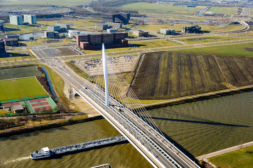 Nederland, Utrecht, Utrecht, 18-02-2015; Prins Clausbrug, ontwerp Ben van Berkel, tussen Kanaleneiland en Papendorp.<br /> <br /> luchtfoto (toeslag op standard tarieven);<br /> aerial photo (additional fee required);<br /> copyright foto/photo Siebe Swart