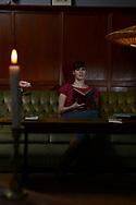 Noch ist Platz auf dem Sofa: Nadine Wedel freut sich über<br /> neue DIARY SLAMMER. .Beim Diary Slam lesen Mutige<br /> aus ihren alten Tagebüchern.<br /> Die Abende im Altonaer Aalhaus<br /> sind so beliebt, dass die<br /> Hamburger Erfinderinnen des<br /> Formats im März sogar ein<br /> Buch mit den besten Einträgen<br /> herausbringen.