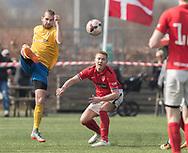 FODBOLD: Alexander Kadijevic (Ølstykke FC) sparker væk foran Anders Blom Hansen (Helsinge) under kampen i Serie 1 mellem Helsinge Fodbold og Ølstykke FC den 14. april 2018 på Helsinge Stadion. Foto: Claus Birch.