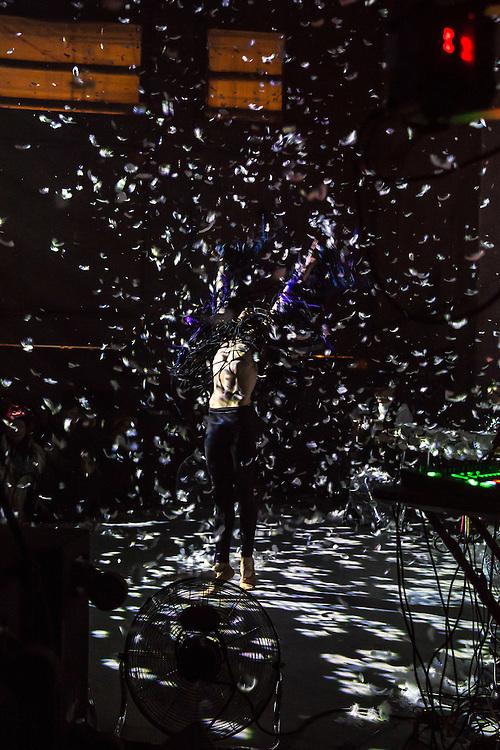 Germany - Deutschland - HOLZMARKT 25 Projekt; Richtfest mit Freunden und Genossen (Genossenschaft), Feuer + Techno; Auftritt Meret Becker, Akrobaten - neuer Konzertsaal; Berlin, 12.12.2015; © Christian Jungeblodt