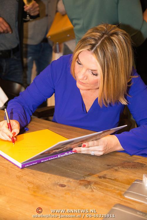 NLD/Amsterdam/20160529 , Boekpresentatie Het Groot Nederlands Knuffelboek van Gallyon van Vessem, Gallyon van Vessem signeert haar boek