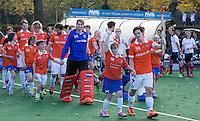Bloemendaal - G hockeyers van HC Bloemendaal doen mee aan de line up bij de wedstrijd tussen de mannen van Bloemendaal en Tilburg. Wouter Jolie , Jaap Stockmann met G hockeyers.   COPYRIGHT KOEN SUYK