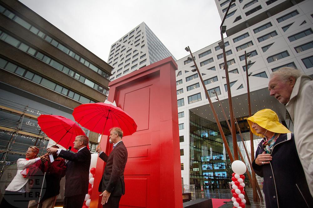 Door door een rode deur te lopen wordt het nieuwe Stadskantoor in Utrecht in gebruik genomen. De verschillende gemeentelijke diensten die verspreid door Utrecht zaten komen allemaal in het Stadskantoor te zitten. Alleen de gemeenteraad, de trouwzaal en de wijkkantoren blijven op de oude locatie. Burgers moeten wel eerst een digitale afspraak hebben gemaakt voor ze gebruik kunnen maken van een dienst in het Stadskantoor. De ambtenaren hebben allemaal flexplekken.