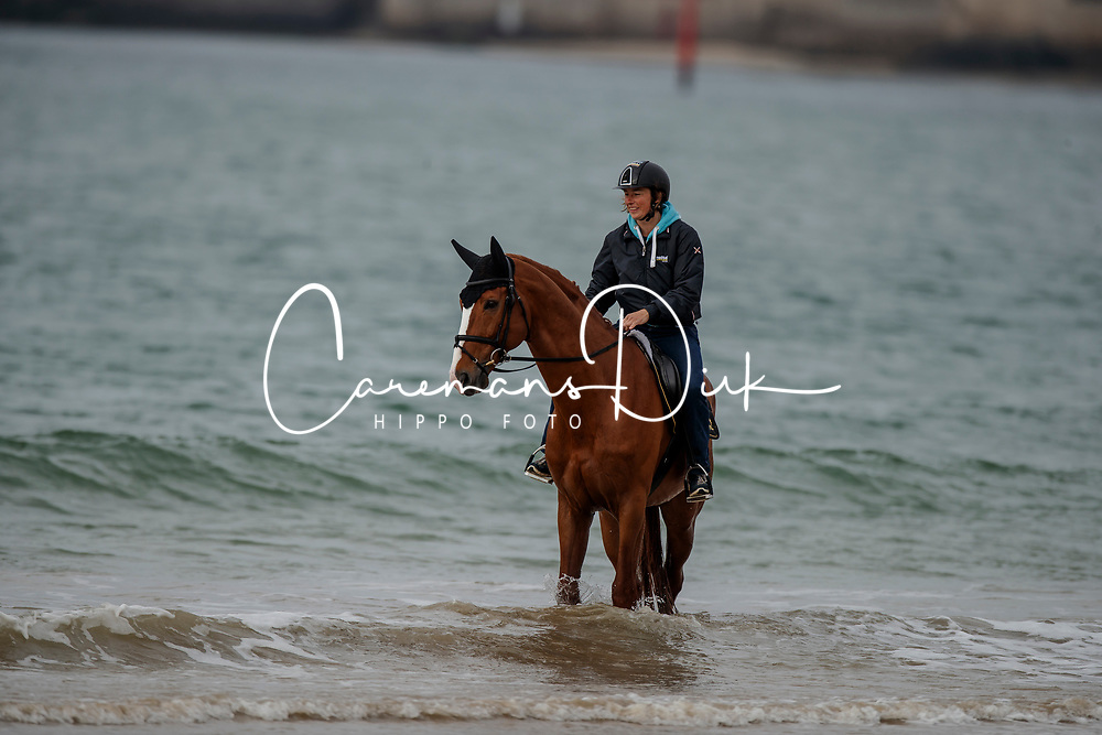 Funky Fred, Mel Obst (groom)<br /> Beach training<br /> Longines Jumping International de La Baule 2017<br /> © Dirk Caremans<br /> Funky Fred, Mel Obst (groom)