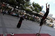 Singapore: Chinatown &egrave; il cuore culturale di Singapore delimitata e qui si riesce ad avere una vaga idee del modo di vivere degli immigrati cinesi che plasmarono e costruirono la Singapore moderna.<br /> NELLA FOTO un gruppo di attori di strada intrattiene il pubblico cinese