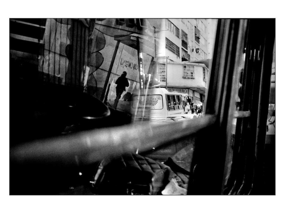 Autor de la Obra: Aaron Sosa<br /> T&iacute;tulo: &ldquo;Serie: CARAcas&rdquo;<br /> Lugar: Caracas - Venezuela <br /> A&ntilde;o de Creaci&oacute;n: 2008<br /> T&eacute;cnica: Captura digital en RAW impresa en papel 100% algod&oacute;n Ilford Galer&iacute;e Prestige Silk 310gsm<br /> Medidas de la fotograf&iacute;a: 33,3 x 22,3 cms<br /> Medidas del soporte: 45 x 35 cms<br /> Observaciones: Cada obra esta debidamente firmada e identificada con &ldquo;grafito &ndash; material libre de acidez&rdquo; en la parte posterior. Tanto en la fotograf&iacute;a como en el soporte. La fotograf&iacute;a se fij&oacute; al cart&oacute;n con esquineros libres de &aacute;cido para as&iacute; evitar usar alg&uacute;n pegamento contaminante.<br /> <br /> Precio: Consultar<br /> Envios a nivel nacional  e internacional.