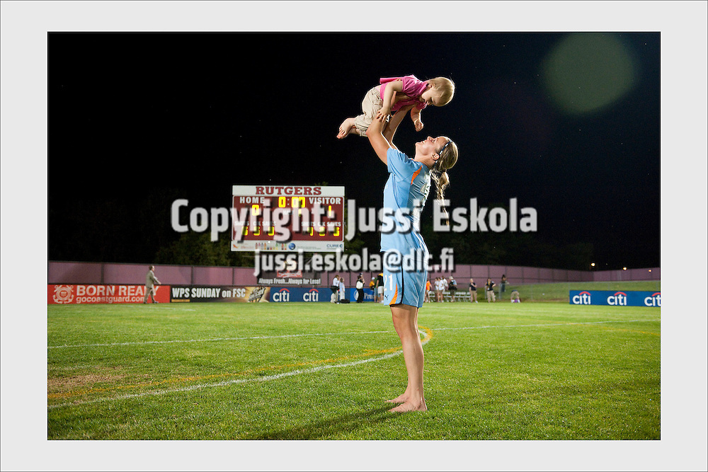 Laura Österberg Kalmari with her daughter after disappointing loss at a WUSA League match. New Jersey, USA, May 1, 2010.