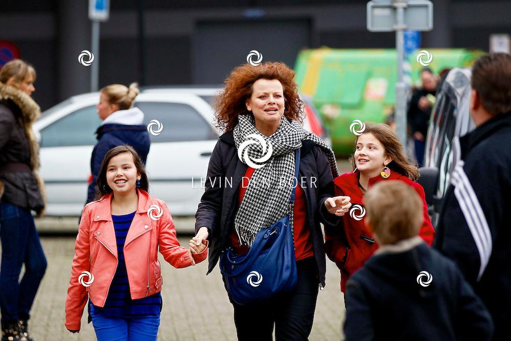 ROTTERDAM - Vanmiddag was een optreden van Piet Piraat in Theater Zuidplein. Met op de foto  Bettina Berger met dochters Isabella en Zahra. FOTO LEVIN DEN BOER - PERSFOTO.NU