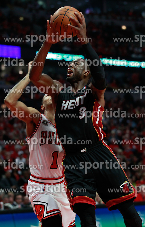 15.05.2011, UNITED CENTER, CHICAGO, USA, NBA, Chicago Bulls vs Miami Heat, im Bild Dwyane Wade (R) goes to the basket against Chicago Bulls guard Derrick Rose (L) in game 1 of the NBA Eastern Conference Championships at the United Center in Chicago, EXPA Pictures © 2011, PhotoCredit: EXPA/ Newspix/ KAMIL KRZACZYNSKI +++++ ATTENTION - FOR AUSTRIA/ AUT, SLOVENIA/ SLO, SERBIA/ SRB an CROATIA/ CRO, SWISS/ SUI and SWEDEN/ SWE CLIENT ONLY +++++