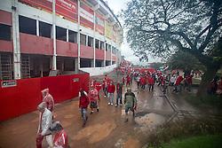 Torcedores do Sport Clube Internacional deixam o estádio Beira Rio após a partida entre Inter e Fluminense, válida pela 23 rodada do campeonato brasileiro 2012. FOTO: Jefferson Bernardes/Preview.com