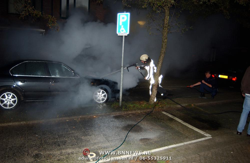 AUtobrand Krib Huizen, blussing door een politieagent