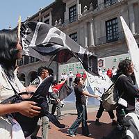 Toluca, Méx.- Trabajadores sindicalizados de las plantas industriales del valle de Toluca y del magisterio mexiquense realizaron una marcha en conmemoracion del dia de trabajo donde se lanzaron consignas en contra de la privatizacion de la compañia de luz y en apoyo a la continuidad del sistema sindical. Agencia MVT / Mario Vazquez de la Torre. (DIGITAL)<br /> <br /> NO ARCHIVAR - NO ARCHIVE