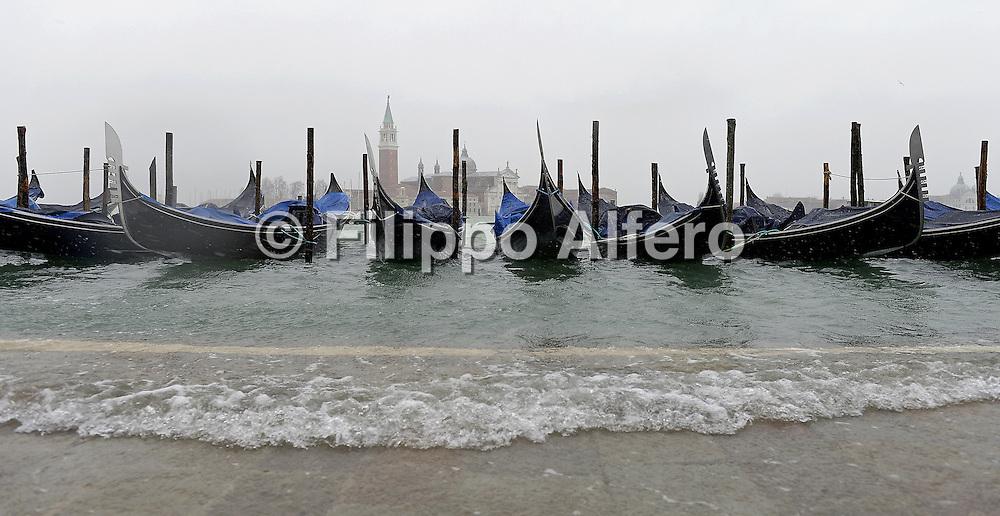 &copy; Filippo Alfero<br /> Acqua alta a Venezia<br /> Venezia, 05/02/2015<br /> cronaca<br /> Nella foto: alcune gondole, sullo sfondo la Basilica di San Giorgio