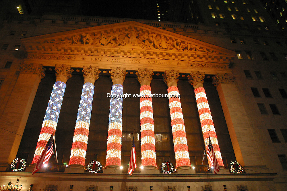 New york stock exchange,  front building,christmas lighting  ; New York - United States  L61315 /// la bourse, New york stock exchange,  Illuminations pour les fetes de Noel dans les rues  New York - Etats Unis  /// NYC WS21 /// NYC61315