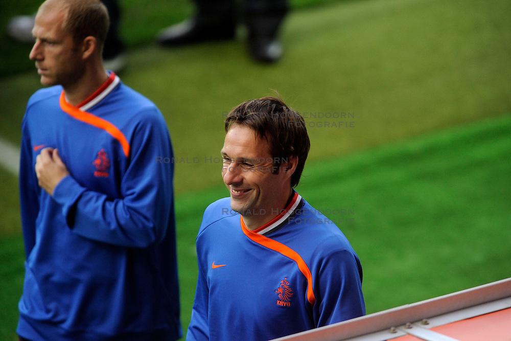 13-06-2008 VOETBAL: EURO 2008 NEDERLAND - FRANKRIJK: BERN <br /> Nederland wint met 4-1 van Frankrijk en plaatst zich als groepswinnaar voor de volgende ronde / Henk Timmer<br /> &copy;2008-WWW.FOTOHOOGENDOORN.NL