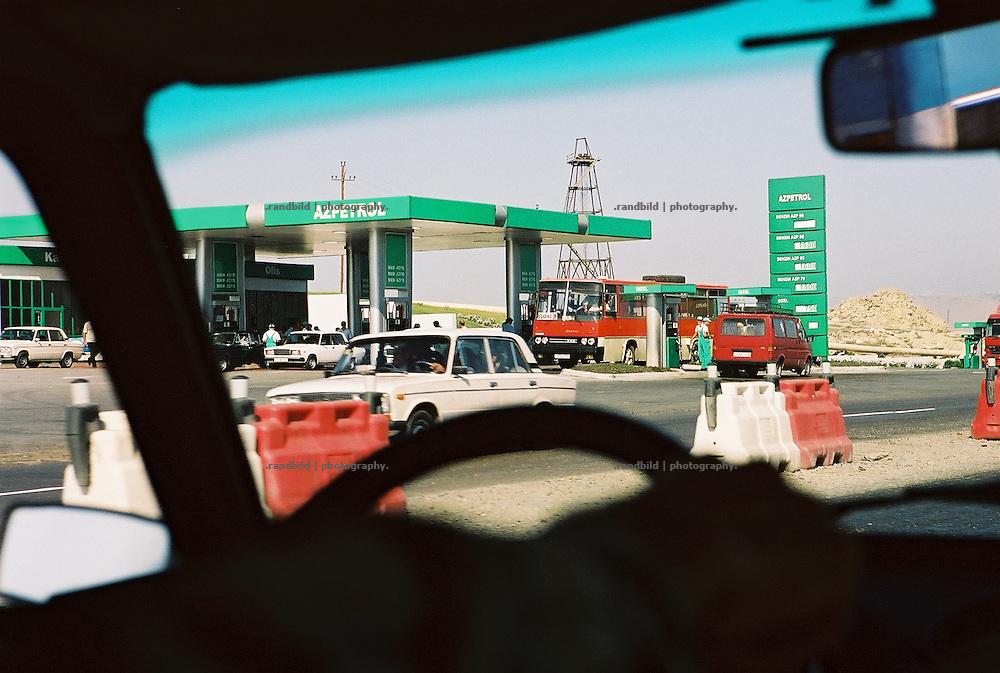 Eine Azpetrol-Tankstelle im Süden der aserbaidschanischen Hauptstadt Baku. Die grossen Erdölvorkommen der früheren Sowjetrepublik Aserbaidschan hat das Interesse aller grossen Ölkonzerne geweckt, die nun den Rohstoff der kaspischen Region ausbeuten. A gas station outside Baku in oil rich Aserbaijan.