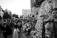 Una veduta della piazza della chiesa dell'Arcangelo Michele a Mesagne (Br). Questi fedeli attendono che abbia inizio la processione in onore della Santa protettrice del paese. L afoto è stata scattata il 15 luglio 2010 a Mesagne.