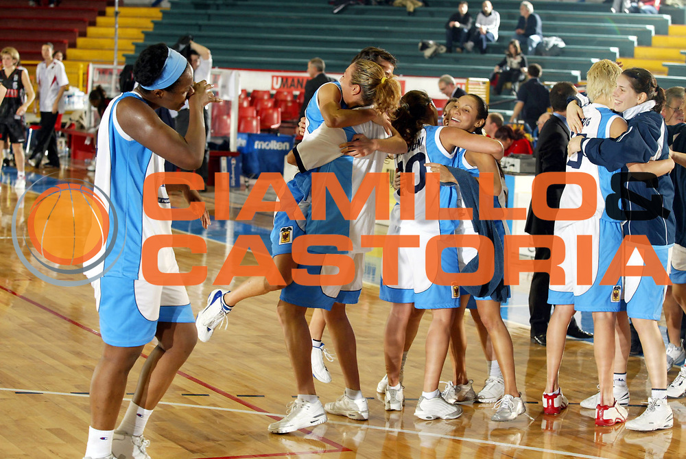 DESCRIZIONE : VENEZIA FINAL FOUR FIBA CUP 2004-2005<br />GIOCATORE : TEAM FAIENCE FAENZA<br />SQUADRA : FAIENCE FAENZA<br />EVENTO : FINAL FOUR FIBA CUP 2004-2005<br />GARA : UMANA REYER VENEZIA-FAIENCE FAENZA<br />DATA : 09/02/2005<br />CATEGORIA : Esultanza<br />SPORT : Pallacanestro<br />AUTORE : Agenzia Ciamillo-Castoria