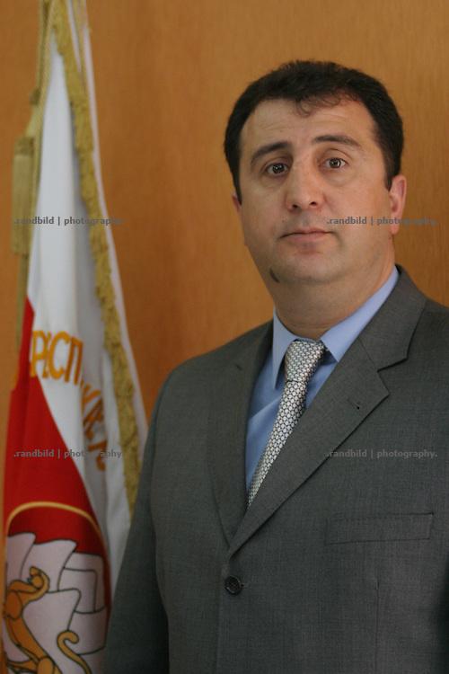 """Dimitri Sanakojew, pro-georgischer sog. """"Alternativer Präsident Südossetiens"""" in seinem Amtssitz in Kurta. Kurta ist eines von mehreren georgischen Dörfern in Südossetien, die nach dem separatistischen Bürgerkrieg 1990-92 unter der Kontrolle der Zentralregierung in Tiflis verblieben, während die anderen Teile der abtrünnigen Region de facto eigenständig verwaltet sind. (Dimitri Sanakojev, so called pro georgian """"Alternative President of South Ossetia"""" in in administration in Kurta. Kurta is one of a couple Georgian villages of South Ossetia that has remained under the control of Tbilisi since the rest of the region separated de facto from Georgia after the civil war of 1990-92.)"""