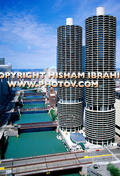 USA, Illinois, Chicago, Marina City District, Chicago River and bridges