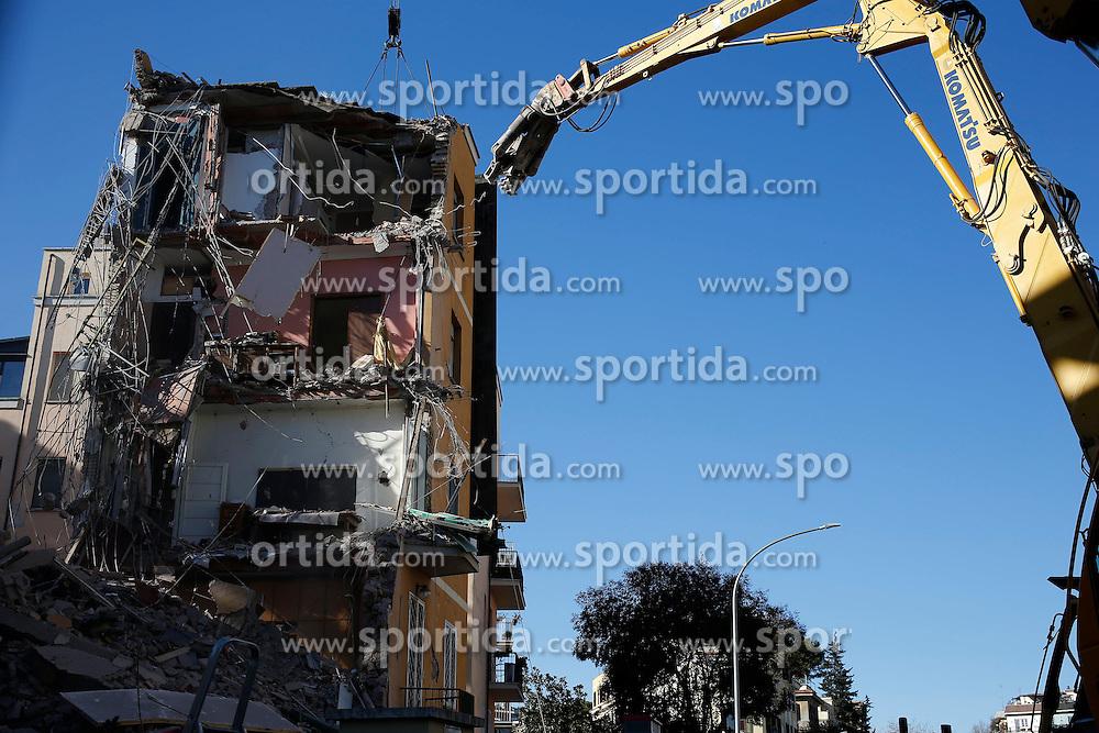 09.01.2017, Ponte Milvio, ITA, Abrissarbeiten nach dem Erdbeben in Mittelitalien, im Bild Abrissarbeiten von Geb&auml;uden die vom Erdbeben besch&auml;digt wurden // Demolition of the building at Ponte Milvio, damaged after the Center Italy quake at Ponte Milvio, Italy on 2017/01/09. EXPA Pictures &copy; 2017, PhotoCredit: EXPA/ laPresse/ Vincenzo Livieri<br /> <br /> *****ATTENTION - for AUT, SUI, CRO, SLO only*****