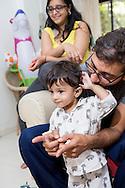 Pappa Ashish Pathak och mamma Suchi Shah tillsammans med sonen Ishan. Bombay, Indien