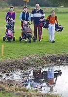 CAPELLE aan de IJSSEL -  Familiegolf; Met veel plezier in de herfst spelen oop de Capelse Golfclub. FOTO KOEN SUYK