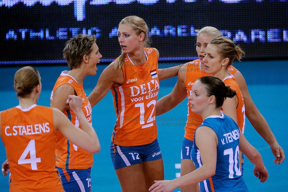 30-09-2009 VOLLEYBAL: EUROPEES KAMPIOENSCHAP NEDERLAND - BELGIE: LODZ<br /> Nederland is groepswinnaar en wint opnieuw. Belgie wordt met 3-0 verslagen / Chaine Staelens, Ingrid Visser, Manon Flier, Kim Staelens, Debby Stam en Janneke van Tienen<br /> &copy;2009-WWW.FOTOHOOGENDOORN.NL