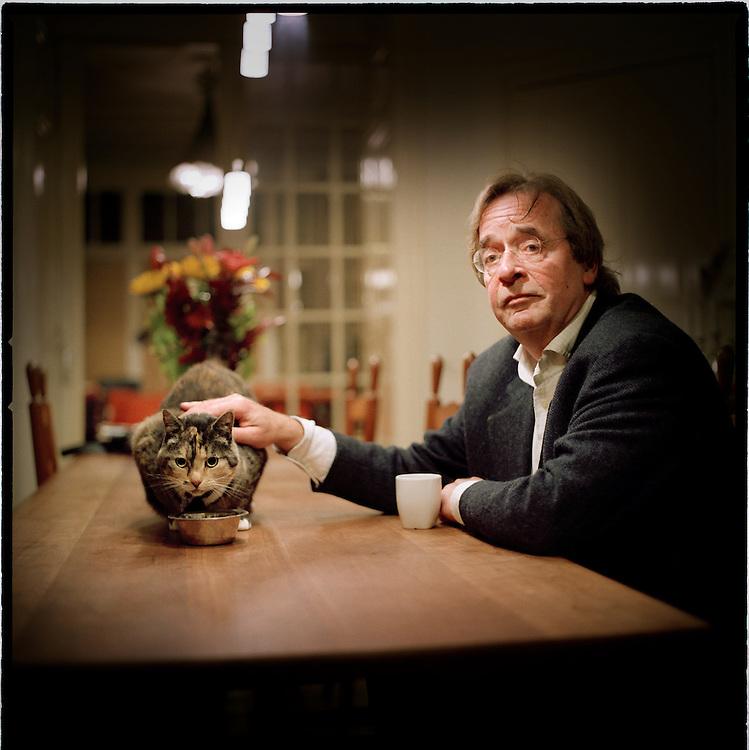 Nederland. Den Haag, 9 oktober 2007.<br /> Uitgever en Bulkboek-oprichter Theo Knippenberg.<br /> De literaire boekenreeks het Bulkboek is deze week herstart. De Bulkboeken, waarmee sinds 1971 generaties jongeren opgroeiden, verschenen voor het laatst in 1999.<br /> Foto Martijn Beekman <br /> NIET VOOR TROUW, AD, TELEGRAAF, NRC EN HET PAROOL