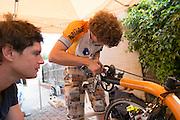 Jan Bos kijkt hoe Tijn de Studdrive aanpast. HPT Delft en Amsterdam is in Senftenberg voor de recordpogingen op de Dekra baan.<br /> <br /> Jan Bos is looking how Tijn is working on the stud drive. The Human Power Team Delft and Amsterdam has arrived in Senftenberg (Germany) to break the world record on the one hour time trial at the Dekra test track.
