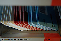 21 NOV 2005, BERLIN/GERMANY:<br /> Stimmkarten der Abgeordneten des Deutschen Bundestages - weiss fuer Enthaltung, rot fuer Nein und blau fuer Ja - in den dafuer vorgesehenen Faechern in der Lobby des Deutschen Bundestages<br /> IMAGE: 20051121-01-012<br /> KEYWORDS: Fächer, Abstimmung, Karte, Stimmkarte