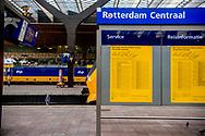 ROTTERDAM - Nieuwe stationshal centraal station Rotterdam. Reizigers checken in en uit, inchecken en uitchecken bij poortjes tourniquettes.  ROBIN UTRECHT